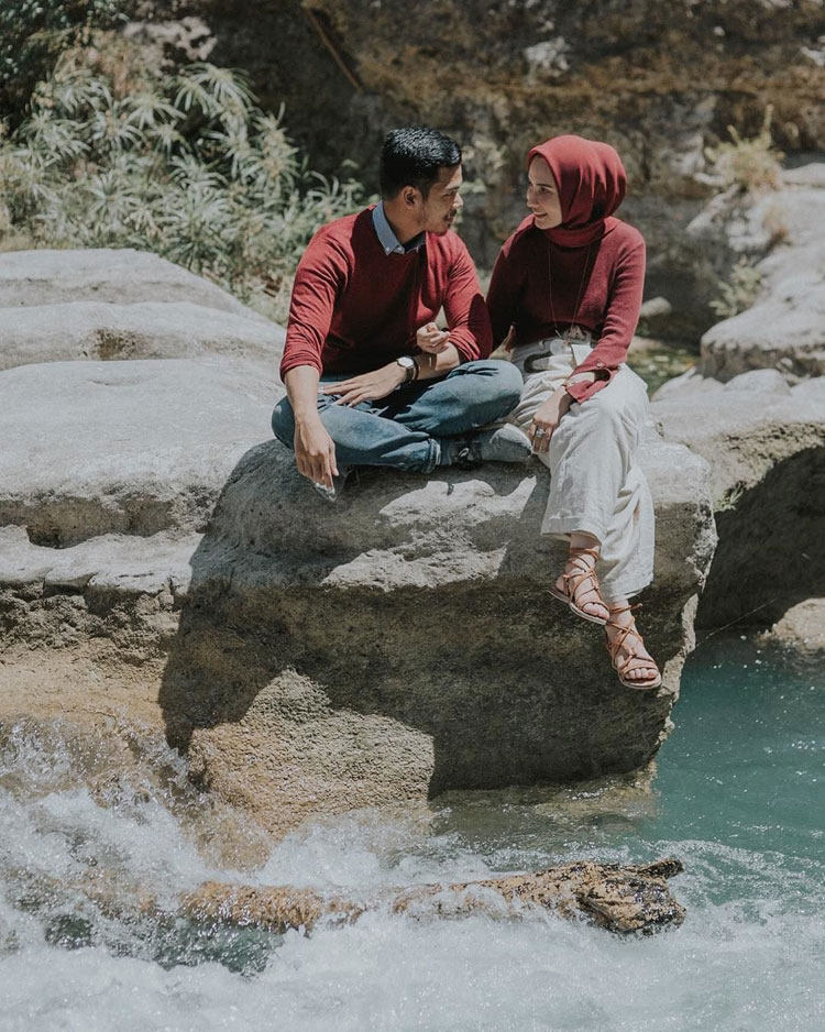 prewedding outdoor pose