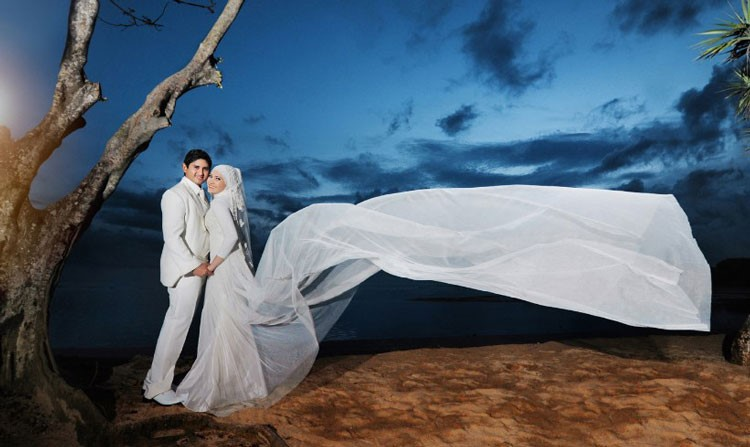 pose prewedding outdoor pantai